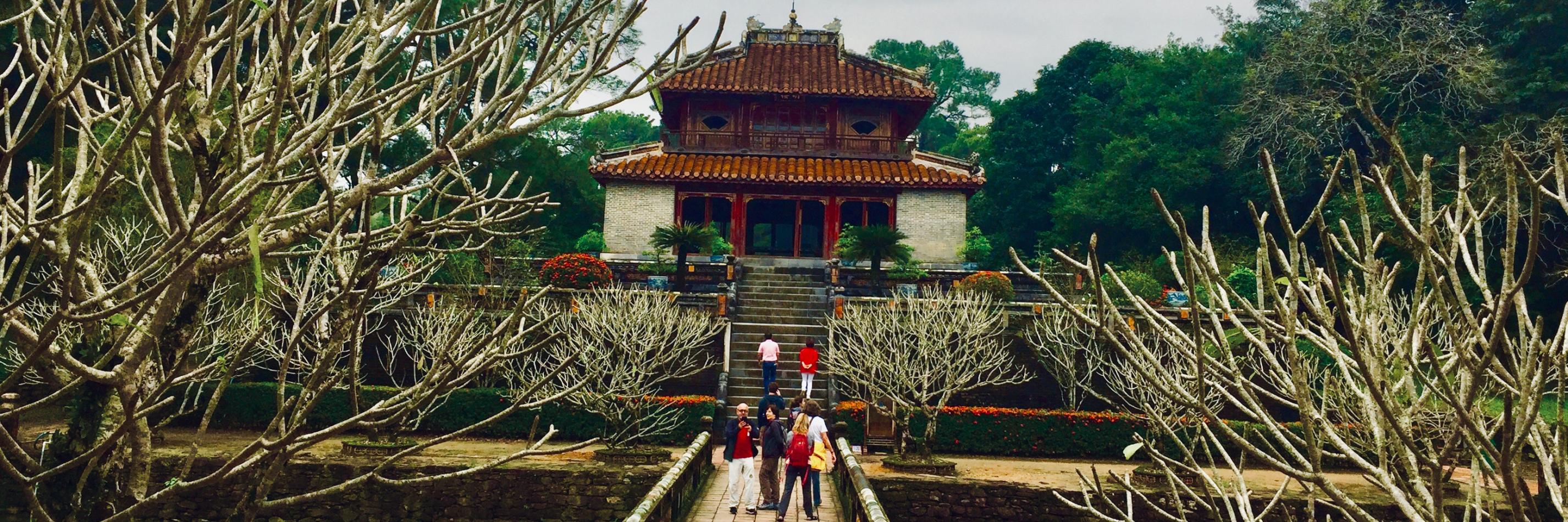 https://gody.vn/blog/olipnoi4502/post/lang-vua-minh-mang-dia-diem-mang-hoi-tho-cua-lich-su-7611